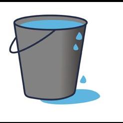 szare wiaderko wypełnione niebieską wodą. Kropelki wody wypływają na zewnątrz.