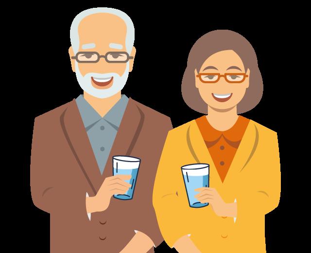 Śmiejący się senior i seniorka. W rękach trzymają szklankę z kranowianką.