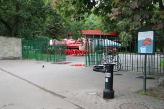 Wejście do parku. Przed bramą pitnik.