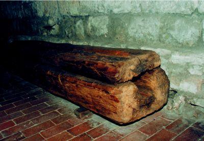 Drewniany fragment przewodu kanalizacyjnego.