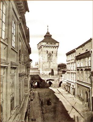 widok na ulicę Floriańską oraz Bramę Floriańską. Zdjęcie archiwalne czarnobiałe.