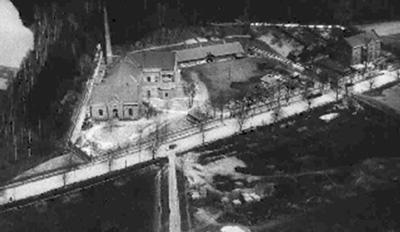 Zakład Wodociągowy na Bielanach po rozbudowie. Zdjęcie czarno białe z lotu ptaka.