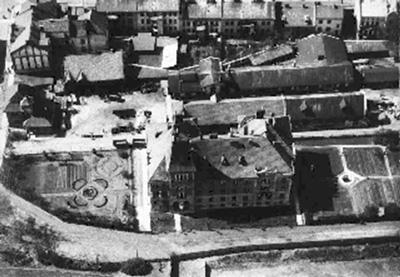 Widok na budynki dworca wodociągowego przy ulicy Senatorskiej 1. Ujęcie z lotu ptaka. Czarnobiałe, archiwalne.