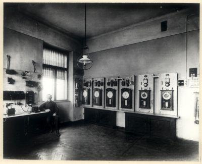 Wnętrze dyspozytorni. Dyspozytor w trakcie pracy. Zdjęcie czarnobiałe archiwalne.