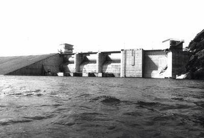 Widok na zaporę i fragment zbiornika dobczyckiego. Zdjęcie czarnobiałe.