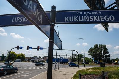 skrzyżowanie, samochody, widoczne tablice z nazwami ulic: Kuklińskiego, Lipska, Saska.