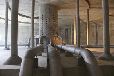 Wnętrze zbiornika wody pitnej. Fragment zbiornika. Sieć rurociągów.