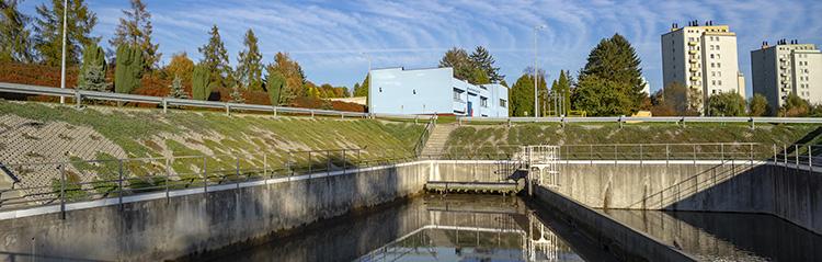 ZUW Dłubnia, widok na odmólnik; w tle budynek stacji dezynfekcji wody.