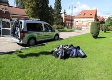 placaki na trawie, obok samochód gotowy do transportu.
