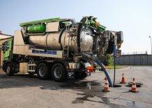 Specjalistyczny samochód WMK S.A. z rurą osadzoną w studzience kanalizacyjnej (czyszczenie kanału).