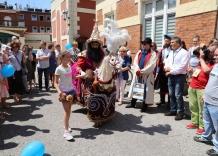 Dziewczynka tańczy z Lajkonikiem na dziedzińcu Wodociagów Miasta Krakowa, 2019 rok.