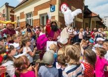 Lajkonik rozdaje cukierki wśród tłumu dzieci 2015 rok.