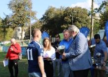 Kapitan drużyny Wodociągów Miasta Krakowa odbiera puchar za zajecie III miejsca w turnieju piłkarskim.