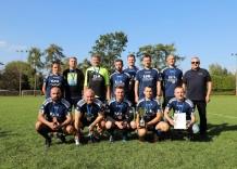 Drużyna piłkarska Wodociągów Miasta Krakowa ustawiła się do pamiątkowego zdjęcia.