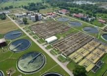 Teren Zakładu. Reaktory biologiczne, fragment osadników, budynki administracyjne. Ujęcie z lotu ptaka.