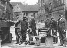 Arciwalne zdjęcie Pracowników trakcie wykonywania obowiązków. Czarno białe.