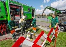 Pracownicy sieci kanałowej w trakcie pracy. Roboty kanałowe na bulwarach Wiślanych. Zdjęcie współczesne.