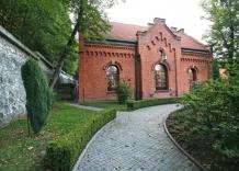 Ujęcie fragmentu budynku wraz z częścią ogrodu.