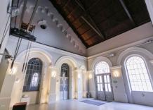 Sala główna z zabytkowymi elementami. Ujęcie od wewnątrz.