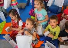 Dzieci oglądają wodociągowe upominki.