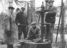Zdjęcie archiwalne. Pracownicy przy hydrancie. Czarno białe.