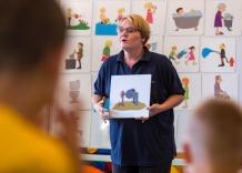 Prowadząca zajęcia Akademia Kropelki opowiada dzieciom o wykorzystaniu wody do rożnych celów.