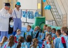Dzieci przebrane za kropelki z zaciekawieniem słuchają Dziadka Tadka i Wnuczka Olka.